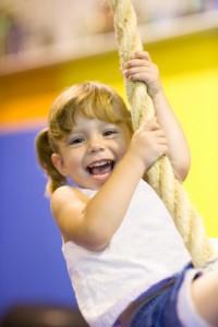 meisje slingert aan touw (evenwicht)